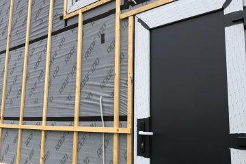 Nameliuose montuojaminuo dviejų iki trijų kamerų stiklo paketųmediniai, plastkiniai araliuminio profilio langai. Europinio standarto 92 mmtrijų kamerų langas, arba70mm,68, ar 60 mm dviejų kamerųlangai.