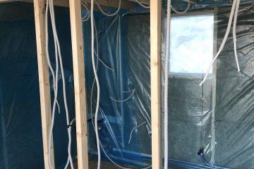 Visi namai, nepriklausomai nuo užbaigtumo lygio pristatomi su elektros, vandens ir šaldymo/šildymo sistemos įvadais.